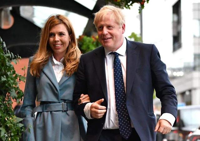 英首相与女友订婚1.jpg